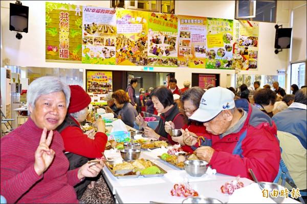 新北市深坑區土庫里老人共餐,讓老人家開心聊天和上課。(記者翁聿煌攝)