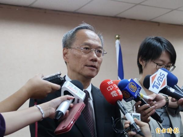 僑委會委員長吳新興列席立法院外交委員會,會前受訪。(記者呂伊萱攝)