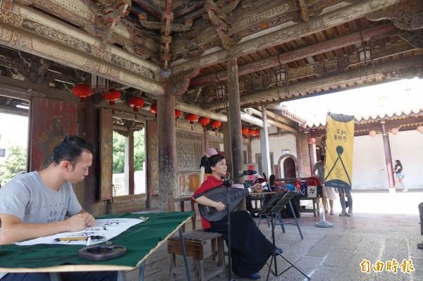 今秋藝術節走入鹿港龍山寺,在國家古蹟戲台跨界演出。(記者劉曉欣攝)