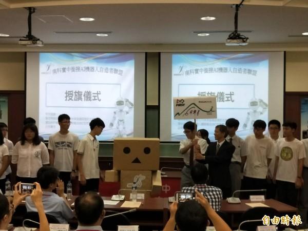 20多所高中簽「AI機器人自造者聯盟」,高中生圓「機器人夢」。(記者黃文瑜攝)