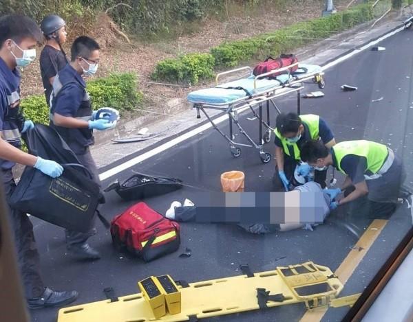 金門發生公車與機車相撞意外,消防人員對倒地機車騎士展開急救。(圖由網友提供)