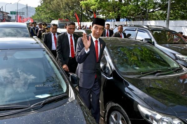 印尼塞車嚴重,連總統都被迫下車徒步前進,一群大官頂著大太陽穿著西裝在車陣中走路,蔚為奇觀,(路透)