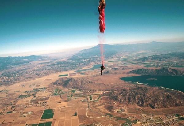 跳傘失敗情境照,與本文人物無關。(擷取自YouTube)