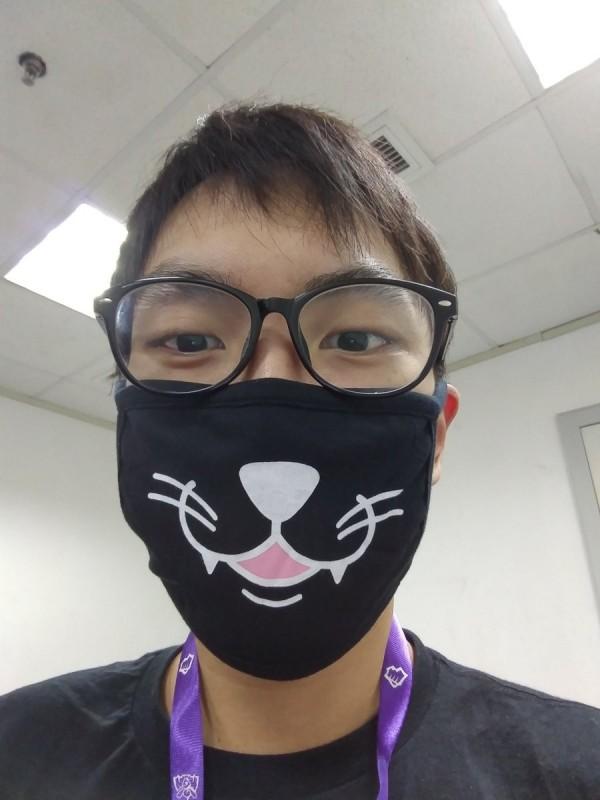 英雄聯盟(LOL)北美知名電競選手Doublelift,認為口罩是「中國傳統服飾(traditional Chinese attire)」,暗酸中國的空氣品質。(圖擷自Doublelift推特)