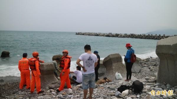 今天下午在花蓮北濱公園附近的海域發現浮屍。圖為去年在北濱公園發現擱淺海豚,與新聞無關。(資料照,記者王錦義攝)