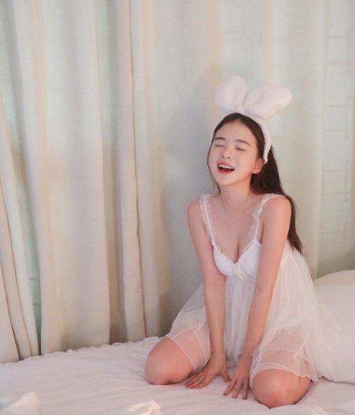 南韓人氣內衣模特兒「荷娜」因為逆天的好身材與清純的臉龐打開知名度。(圖擷自Ha Neul Instagram)