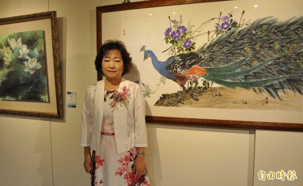 王琇璋表示,去年一場車禍讓她在身體疼痛與心靈煎熬中感悟到人生的「無常」,也燃起「花」系列創作意念。(記者王駿杰攝)