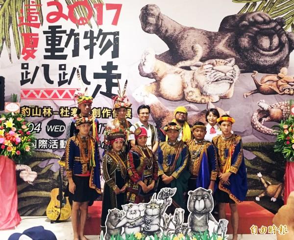杜寒菘的雲豹山林創作個展今天起至17日在新光三越高雄左營店展出。(記者張忠義攝)