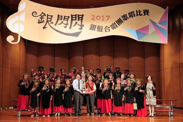 泰武鄉萬安社區發展協會萬安銀髮合唱團拿下高齡美聲獎。(圖由屏東縣政府提供)