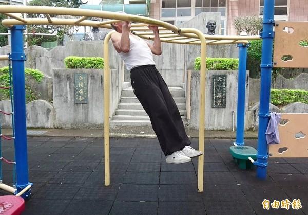 羅德祥做起引體向上也輕鬆自在。(記者彭健禮攝)