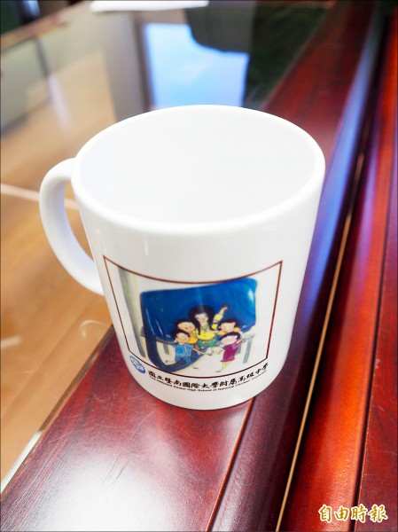 劉家汶的「童年」畫作,印在馬克杯上,很俏皮有趣。(記者陳鳳麗攝)