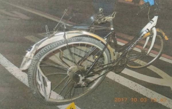 中秋節前夕,高姓孝子騎腳踏車,遭紅燈右轉的曳引車撞上,整台車扭曲變形,人也不幸傷重不治。(記者王俊忠翻攝)