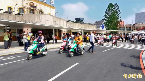 嘉義火車站站前廣場啟用,50位民眾騎乘e-bike由站前出發。(記者丁偉杰攝)