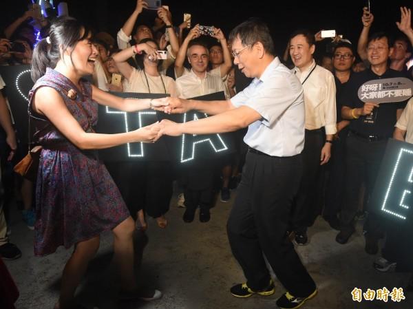 針對昨晚白晝之夜活動有文資團體抗議,台北市長柯文哲(右)認為,這樣抗議沒有必要,應該回歸正常管道來處理。圖為昨晚活動中,柯文哲與舞者共舞的畫面。(資料照,記者廖振輝攝)