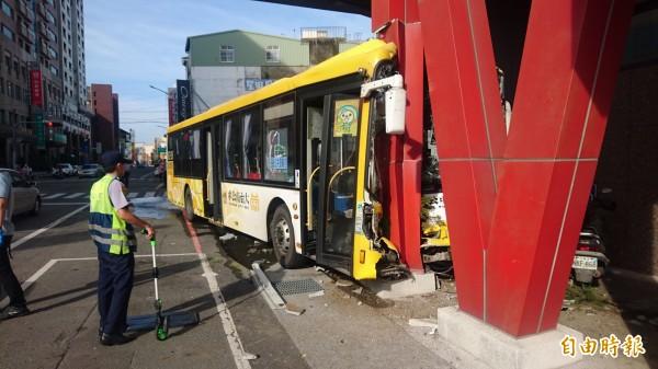 公車撞證券公司門前鋼柱才停下來。(記者楊金城攝)