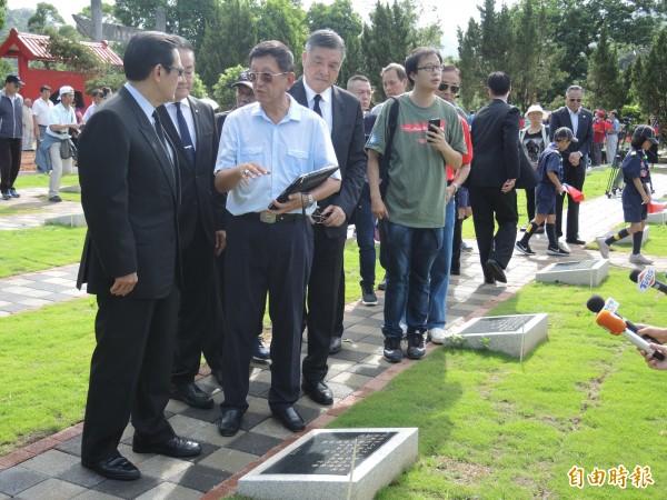 馬英九(左)等人赴空軍公墓致敬。(記者翁聿煌攝)