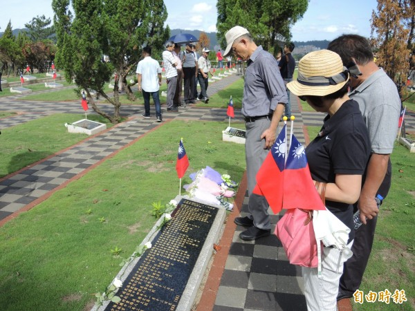 民眾向空軍陣亡將士獻旗獻花致敬。(記者翁聿煌攝)