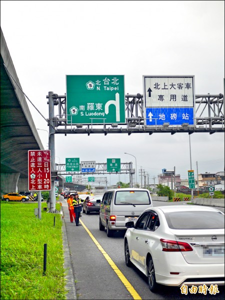 國慶連假第二天,國五北上各交流道都出現回堵狀況。(記者簡惠茹攝)