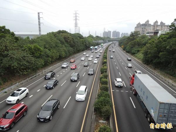 國慶連假第3天,國道部分路段出現返鄉車潮。(資料照,記者周敏鴻攝)