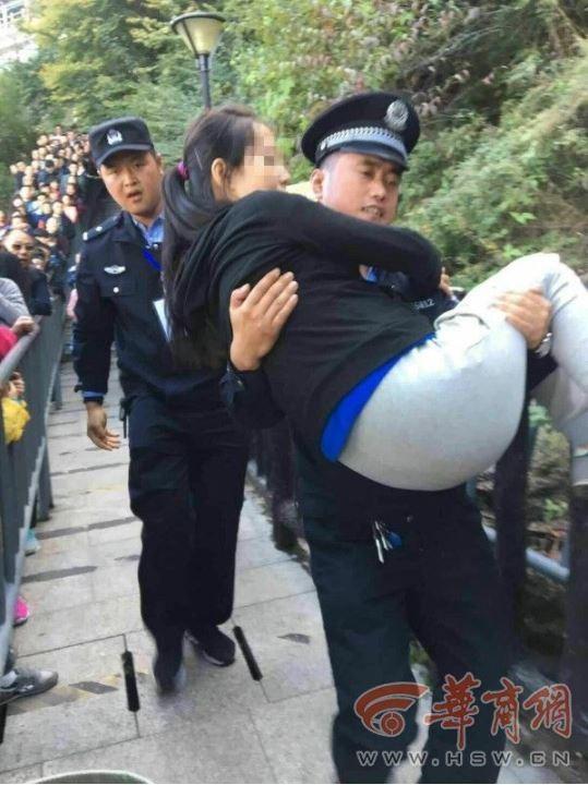 一名懷孕6個月左右的孕婦在前往華山遊覽途中,突然身體不適,民警接力用「公主抱」將孕婦送去搭乘纜車下山就醫,所幸接受治療後無大礙。(圖取自《華商網》)