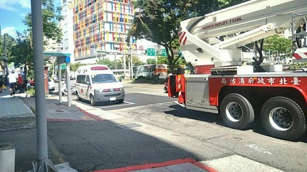 疑似因為失足,工人不慎由4樓墜落2樓平臺亡。(記者鄭景議翻攝)