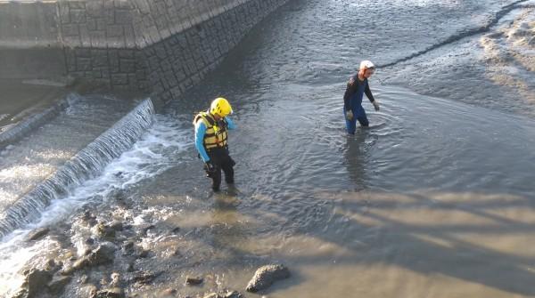 台中霧峰一名余姓老翁今天清晨不明原因落水,消防人員獲報到場搜溺找人。(記者陳建志翻攝)