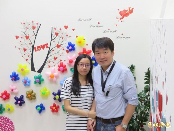 黃先生與陳小姐在雙十國慶這一天到中和戶政事務所登記結婚。(記者何玉華攝)