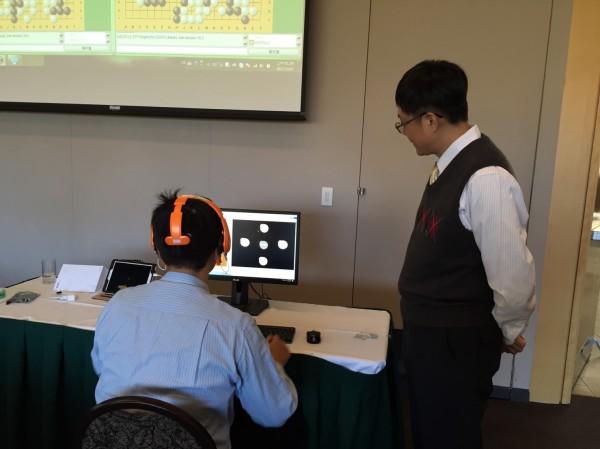 國立台南大學李健興教授團隊結合國際研究團隊,建構人工智慧AI的視覺腦波智慧圍棋學習平台,首次在加拿大舉行的IEEE SMC 2017國際會議人機共同學習特別活動(Human and Smart Machine Co-Learning Special Event)正式公開發表。(李健興提供)