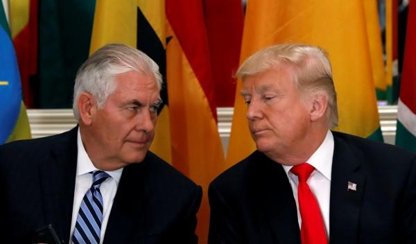 美國國務卿提勒森(左)被爆曾辱罵美國總統川普(右)是「白癡(moron)」。(路透)