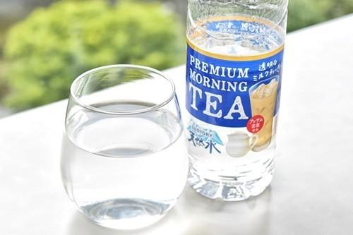 台灣厚奶茶熱賣,日本則有「透明奶茶」引發話題。(翻攝自推特)