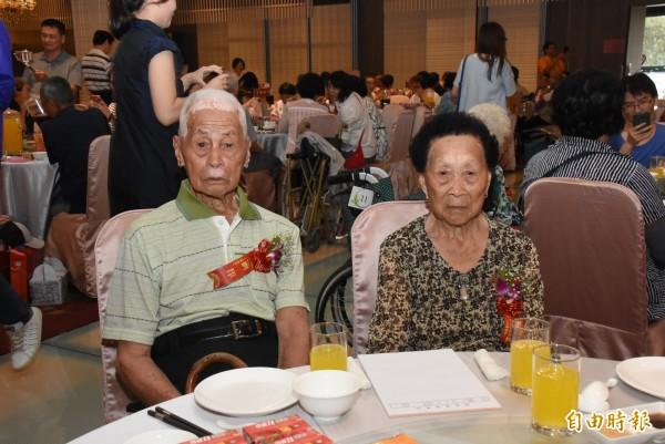 劉律和劉梁阿卷老夫妻,年齡加總196歲。(記者張聰秋攝)