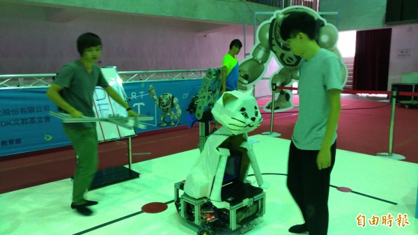 電子系學生在現場協助測試場地。(記者廖淑玲攝)