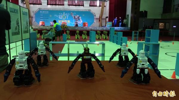 機器人大跳電音舞,贏得全場喝采。(記者廖淑玲攝)