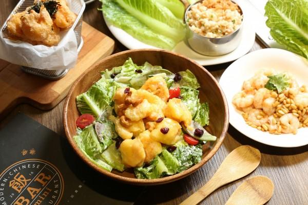 美味均衡、色彩繽紛的「一盆色拉裹著蝦」,食材取得容易,料理步驟簡單,在家也能試著自己做做看!(記者沈昱嘉攝)