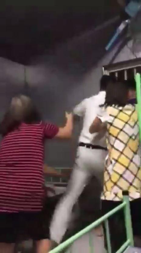 有國外網友在臉書PO出一段影片,指稱是在台灣的越勞遭人暴打,並指發生地點是彰化的森林工業,畫面中白衣男子正沖盎前打人。(圖擷自「HotBoyHotGirlODaiLoan」臉書)