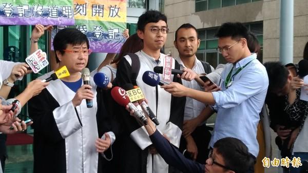 律師團許秀雯(左一)、潘天慶(左二)對於部分敗訴感到遺憾。(記者吳政峰攝)