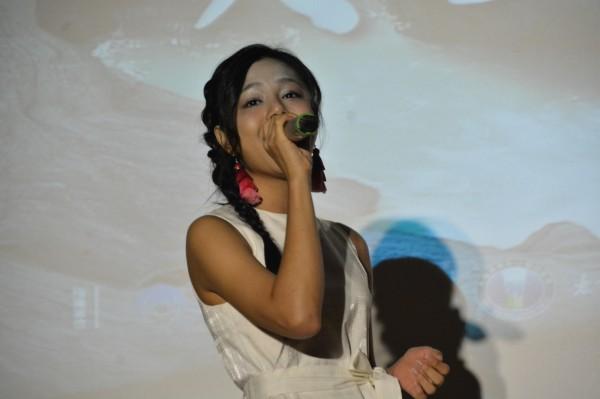 連續2年受邀演出的排灣族歌手「創作新女聲」郭曉曉,在記者會上率先演唱《故鄉普悠瑪》,並透露活動當日還將準備不插電演出,要用原音感動大家。(記者王峻祺攝)
