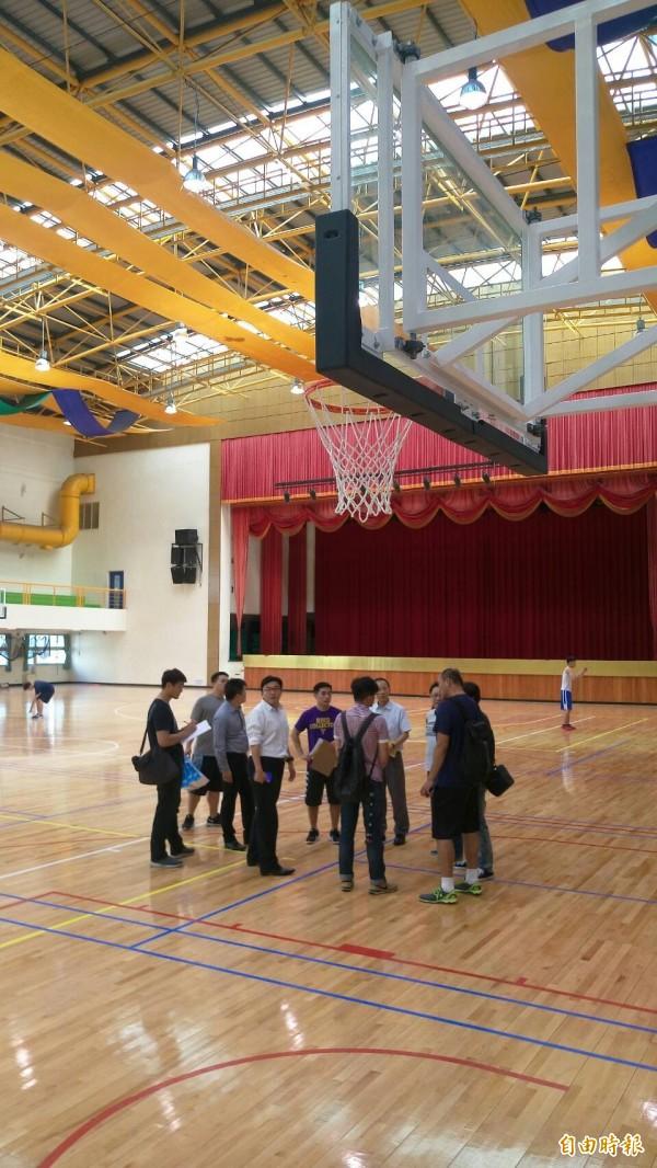 健行科技大學將承辦明年大專院校籃球運動聯賽八強賽事,相關單位人員前往會勘場地。(記者周敏鴻攝)