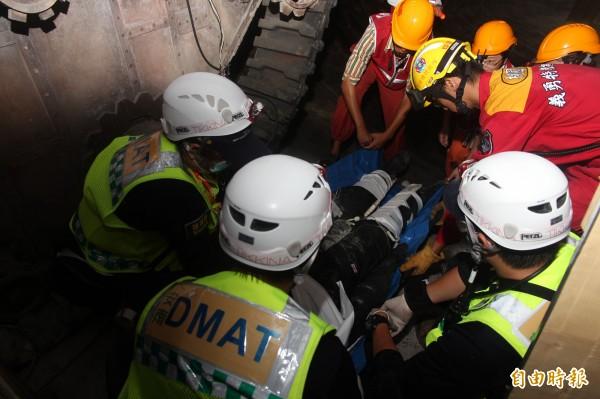 六福村主題遊樂園內今天模擬演練地震造成的坑道內大量傷患搶救過程。(記者黃美珠攝)