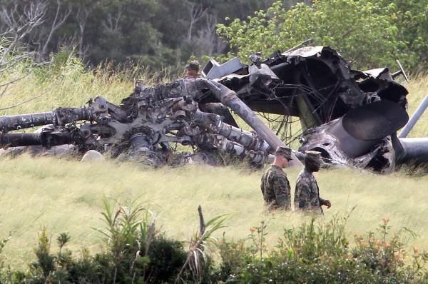 美軍飛行載具頻頻出狀況,沖繩居民積怨已久,沖繩縣知事翁長雄志也對此表達強烈不滿。圖為迫降燃燒的CH53直升機。(歐新社)