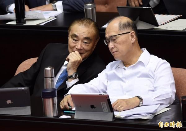 國防部長馮世寬(左)和外交部長李大維(右)目前還具有國民黨籍。(資料照,記者簡榮豐攝)