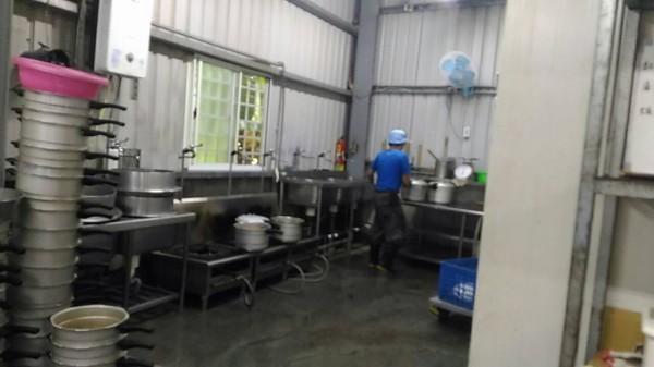 台南市衛生局澄清說,到場稽查地下食品工廠,稱經過複查已經改善。(記者王捷翻攝)