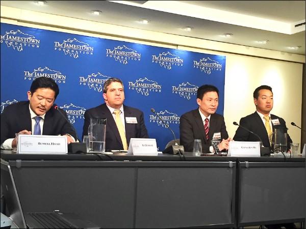 美國前國防部官員鄧志強(左二)11日在華府的一場座談會議中表示,若再有九六年台海危機發生,他對美軍能力有十足信心。(駐美特派員曹郁芬攝)