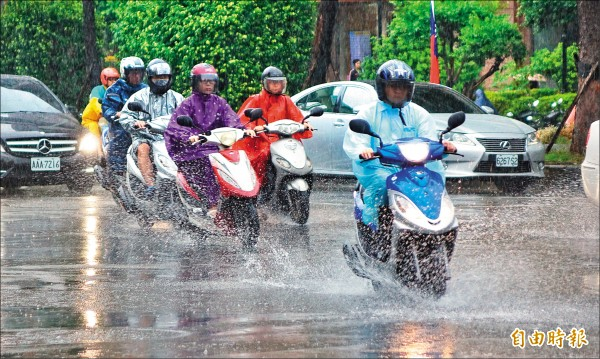 在卡努颱風外圍環流與東北風的「共伴效應」下,中央氣象局針對北北基、宜花及桃園發布豪雨特報。(記者劉信德攝)