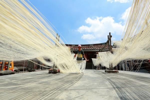 即便製作費時,林正義依舊堅持,要讓祖先的手工麵線繼續傳承下去。(記者李惠洲攝)