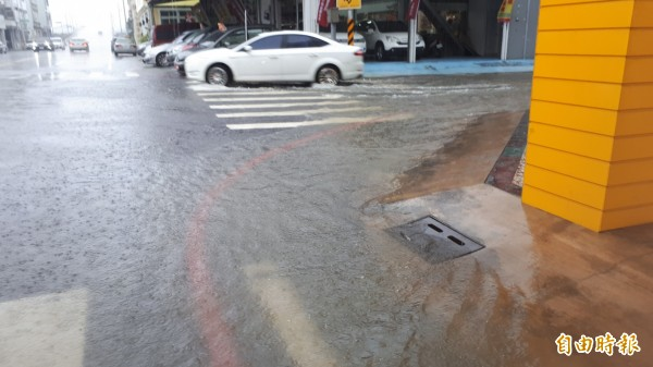 台東雨大,多處積水。(記者黃明堂攝)