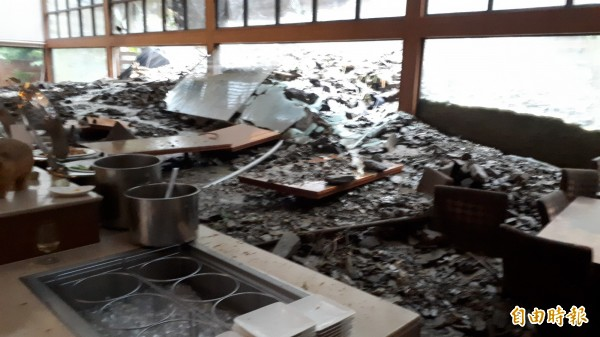 知本富野渡假村被土石流灌進。(記者黃明堂攝)