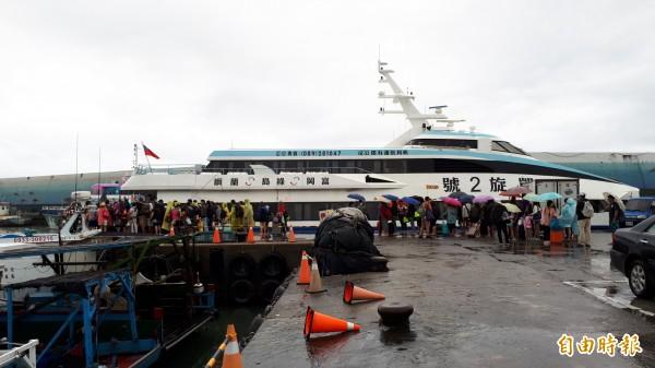 台東往綠島航線今天早上開出,9點半之後停航。(記者黃明堂攝)