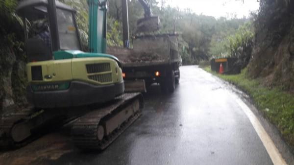 大雨不斷,新北市三峽區白雞路昨天晚間傳出邊坡土石滑落,今天上午市府派員清除完畢。(養工處提供)