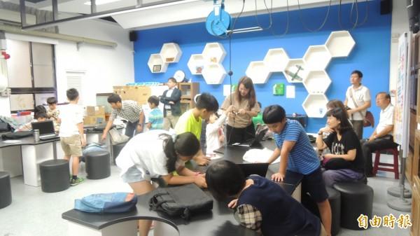 屏大運算思維教育基地設有分組動手做的教室。(記者羅欣貞攝)